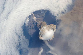 Eruption of Sarychev Peak in 2009 seen from the ISS. It transported sulphur gases into the stratosphere. Photo: NASA